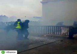 حمله خشونتآمیز معترضان فرانسوی به نیروهای پلیس