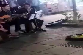 برخورد عجیب با سه نوازنده خیابانی در رشت