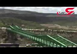 اقدام خطرناک دو جوان روی پل سبز تـبـریـز/ فیلم