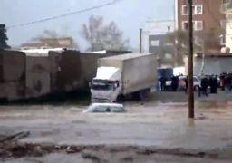 ورود سیل به شهر خرمآباد و خسارت به خودروها+فیلم