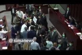 فیلم| زد و خورد نمایندگان هنگکنگی در پارلمان!