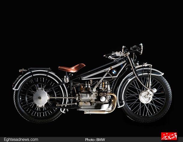 در سال 1923 اولین موتورسیکلت خود را روانه بازار کرد که از موتور دو سیلندر چهار سوپاپ نیرو می گرفت.