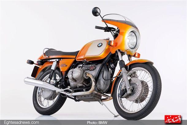 سال 1973 و موتورسیکلت آر 90 اس ، موتورسیکلتی که با بدنه دورنگ خود با استقبال زیادی از سوی جوانان مواجه شد.