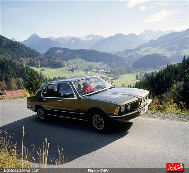 بی ام و اولین مدل سری 7 خود را بین سال های 1977 تا 1987 تولید کرد، خودرو سدان لوکس چهار در و جاداری که استاندارد های لوکس بودن در زمان تولید خویش را جابه جا کرد.